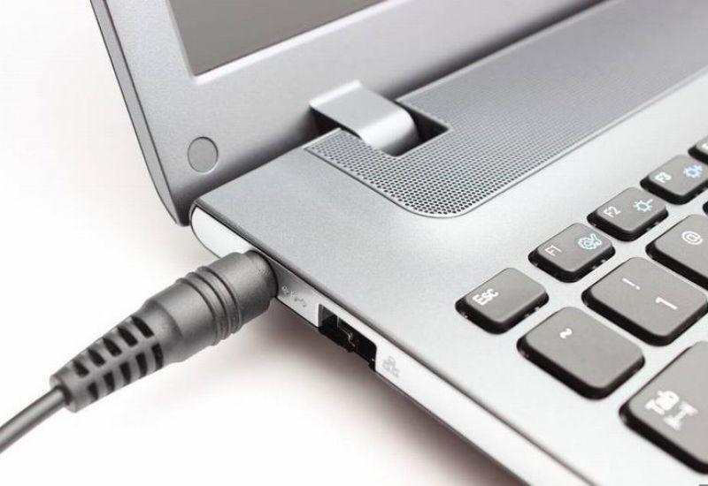 Cắm sạc pin liên tục cho laptop, nên hay không?